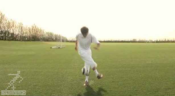 دانلود آموزش حرکت نمایشی چرخاندن پای مخالف به دور توپ