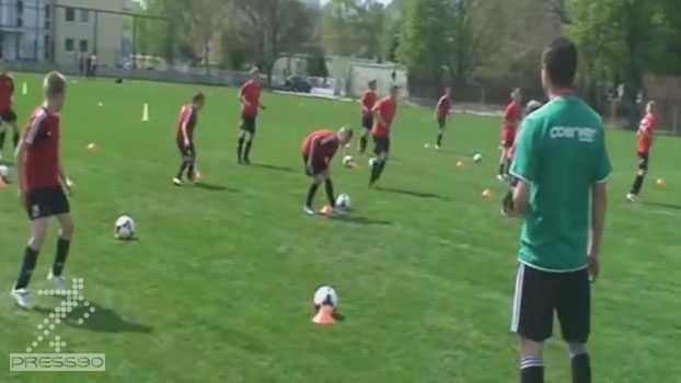 جلسه تمرینی آکادمی فوتبال – گرم كردن ، آشنايي با توپ ، سرگرمي و يك در برابر يك