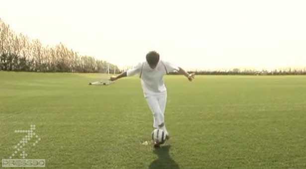 دانلود فیلم به آموزش نگه داشتن توپ روی پا و عوض کردن پا